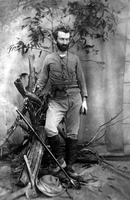 Постановочная фотография Н.Н. Миклухо-Маклая в австралийской фотостудии, 1880 год. | Фото: en.wikipedia.org.
